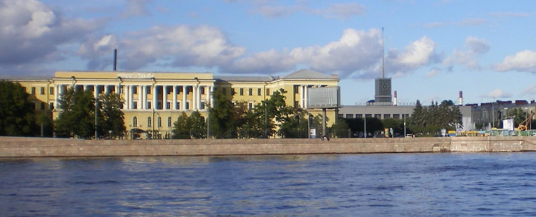 Арсенальная набережная, Военная артиллерийская академия, площадь Ленина, Финляндский вокзал. Автор фото: AndreyA (Wikimedia Commons)