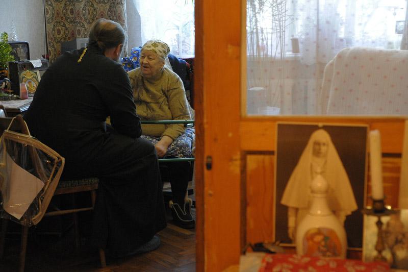 Иерей Андрей Битюков, клирик Андреевского собора, находит время поговорить с каждой бабушкой