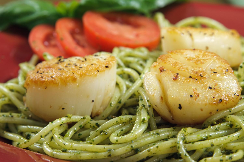 4. Спагетти с песто и гребешком в ресторане The Sizzle