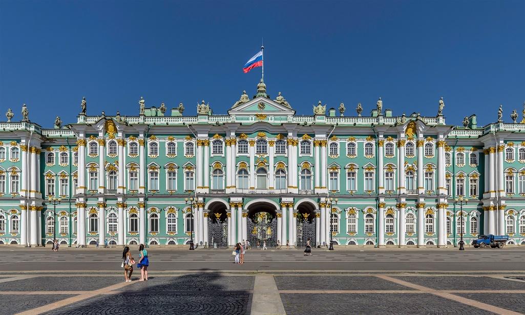 Центральная часть южного фасада Зимнего дворца. Автор фото: Florstein (WikiPhotoSpace)