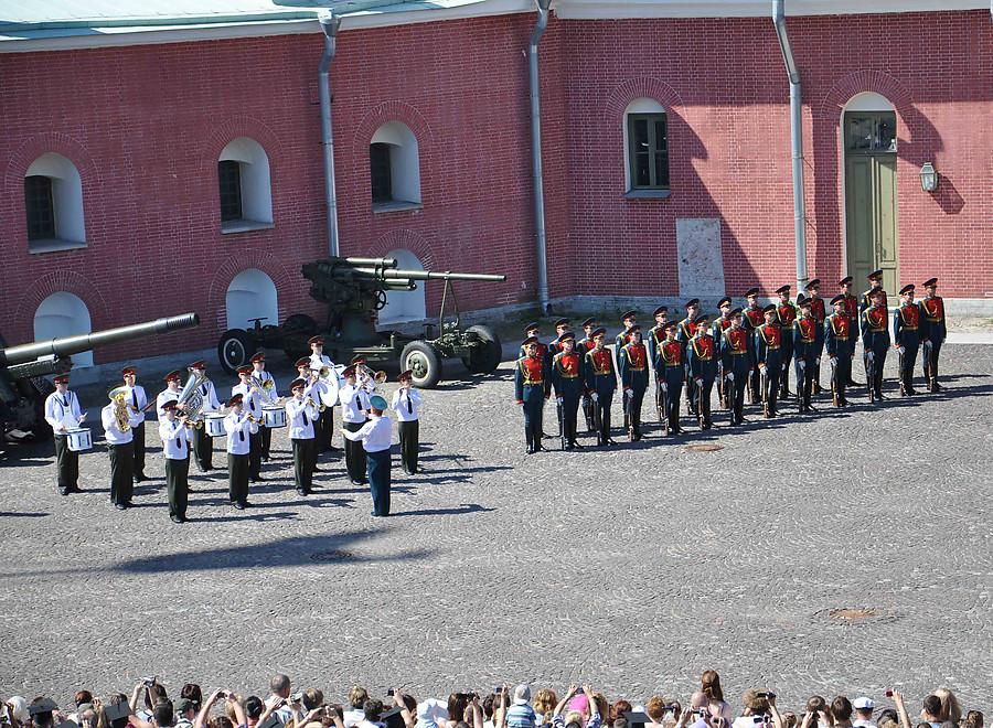 Развод почетного караула в Петропавловской крепости