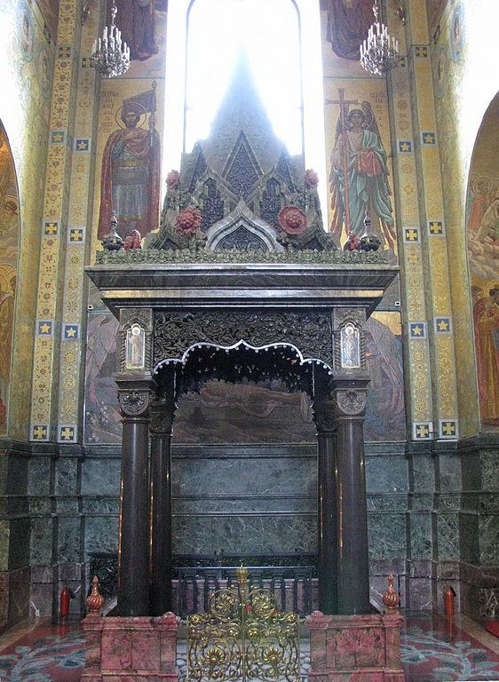 Восьмигранный шатр, установленный на месте, где был смертельно ранен император Александр II. Фото: Владислав Фальшивомонетчик (Wikimedia Commons)