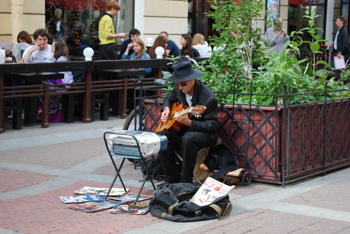 Уличный музыкант. Фото: Татьяна Полева. Санкт-Петербург, улица Малая Садовая