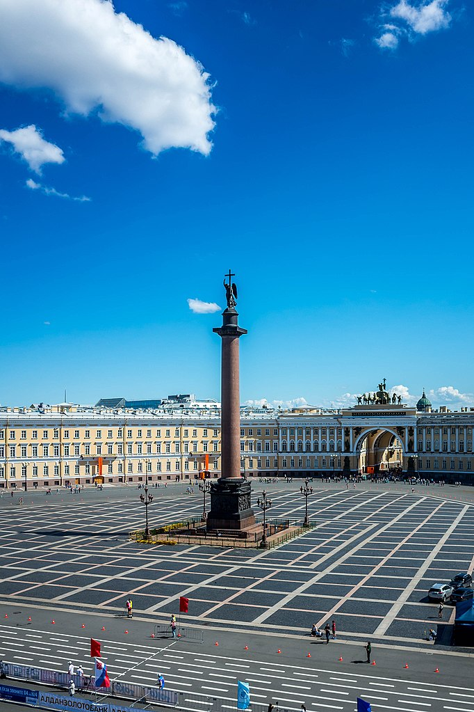 Дворцовая площадь. Фото: sergejf (Wikimedia Commons)