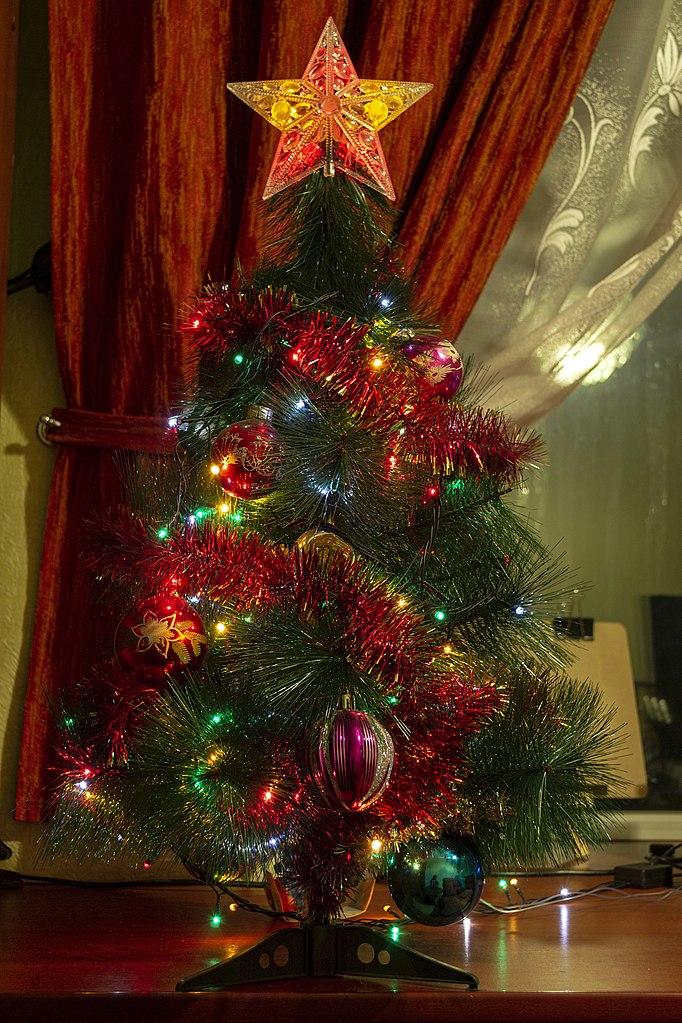 Новогодняя ёлка в российской квартире. Фото: Алексей Трефилов (Wikimedia Commons)
