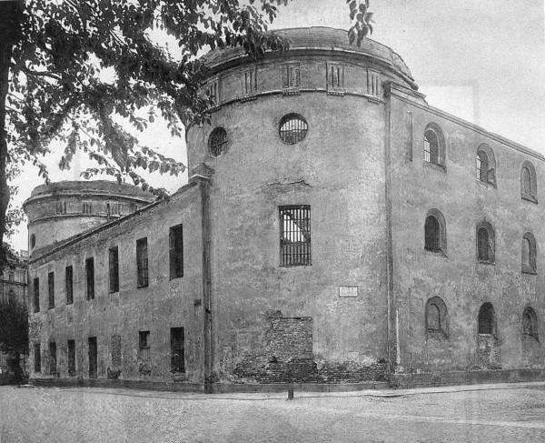 Угловая северо-западная башня Литовского замка со стороны Мойки и Тюремного переулка. Начало 1920-х г.