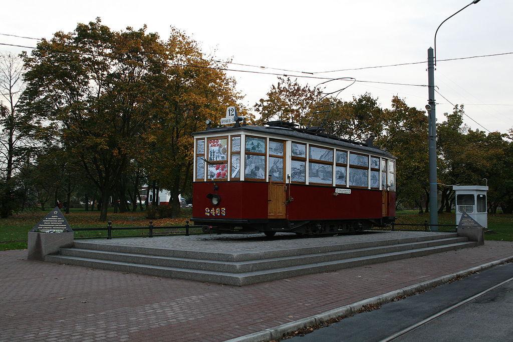 Памятник блокадному трамваю. Автор фото One half 3544 (Wikimedia Commons)
