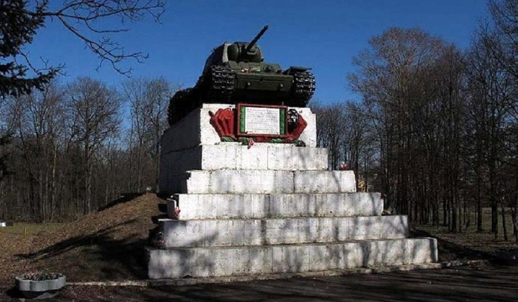 """Танк КВ-1"" — Памятник воинам, освободившим Ропшу 19 января 1944 г. Фото: wikimapia.org"