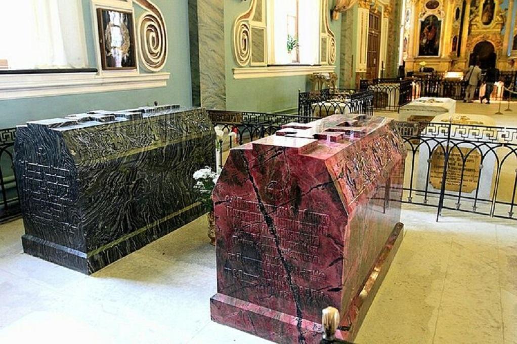 Усыпальница в Петропавловском соборе, надгробия императора Александра II и его жены Марии Александровны