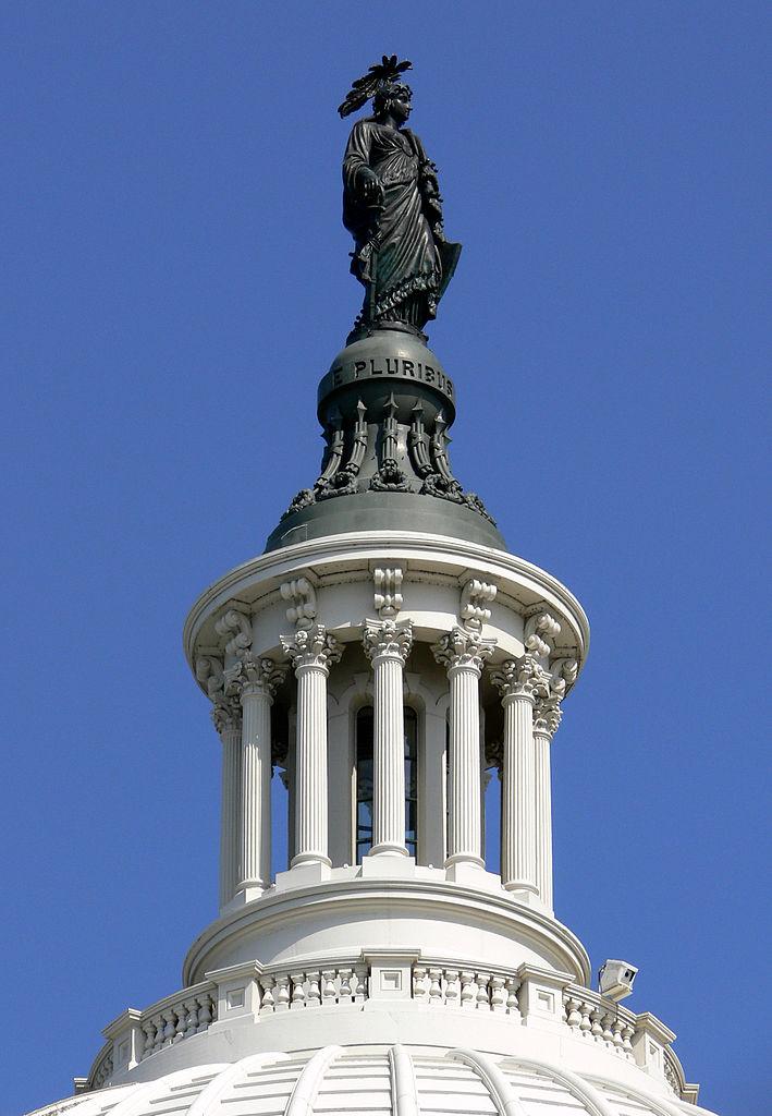 Статуя Свободы представляет собой бронзовую статую, которая с 1863 года венчает купол Капитолия США. Фото: Andreas Praefcke (Wikimedia Commons)