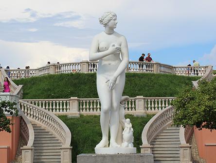 Сад Венеры и скульптура Венера Медийская. Фото: spb-parki.ru