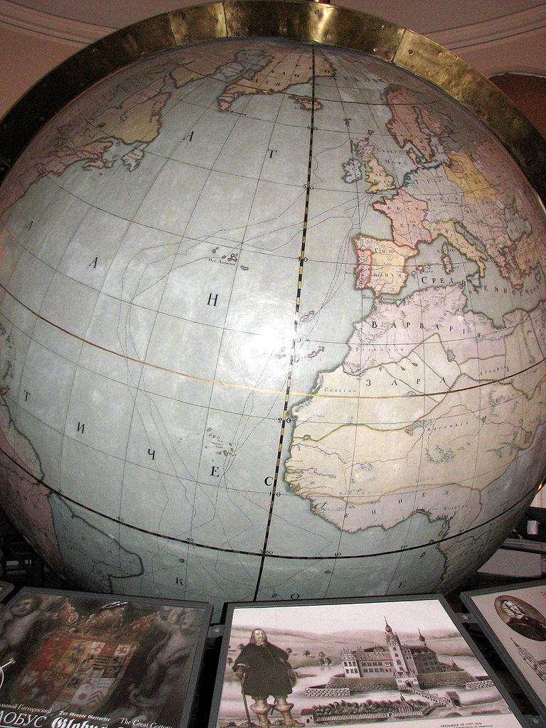 Большой Готторпский глобус в экспозиции. Фото: Корзун Андрей (Kor!An) (Wikimedia Commons)