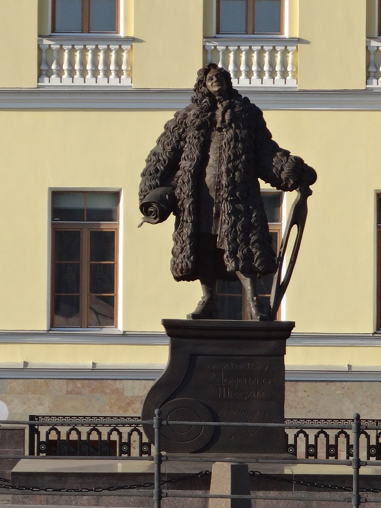 Памятник арх. Трезини у дома Трезини Университетская наб., 21. Фото: Надежда Пивоварова
