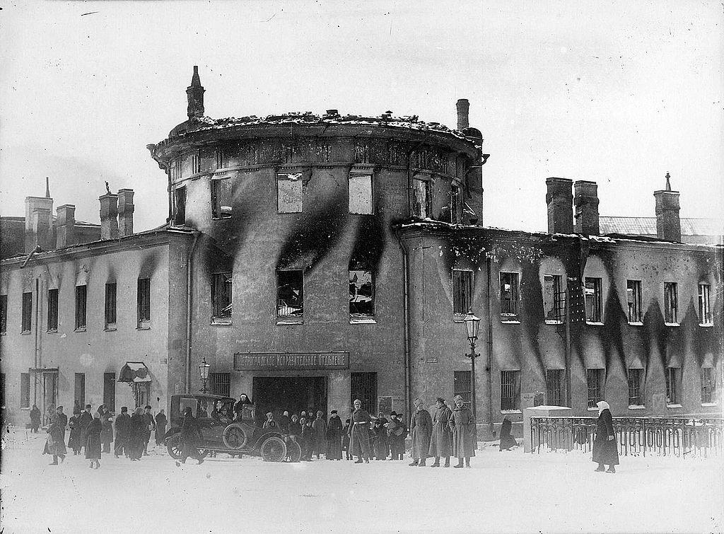 Перед сгоревшим Литовским замком со стороны Офицерского моста. После 1917 г. Фото: Карла Буллы