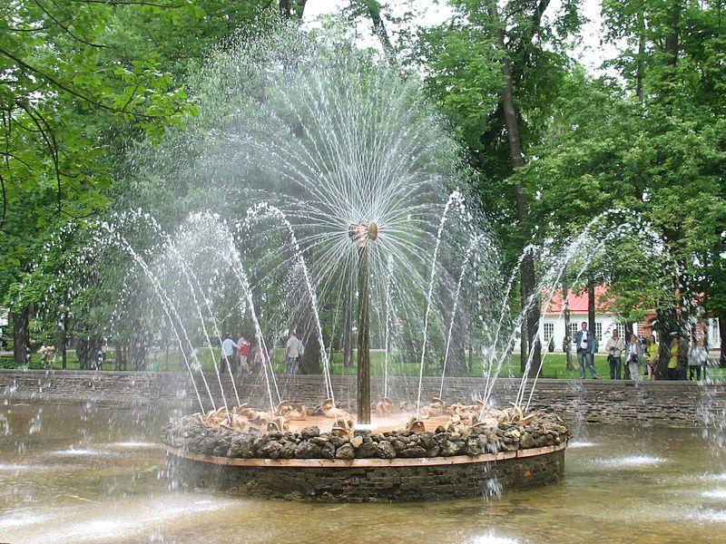 Фонтан «Солнце» в Нижнем саду Петергофа. Автор фото: Kalyagin Alexey. Взято с Википедии