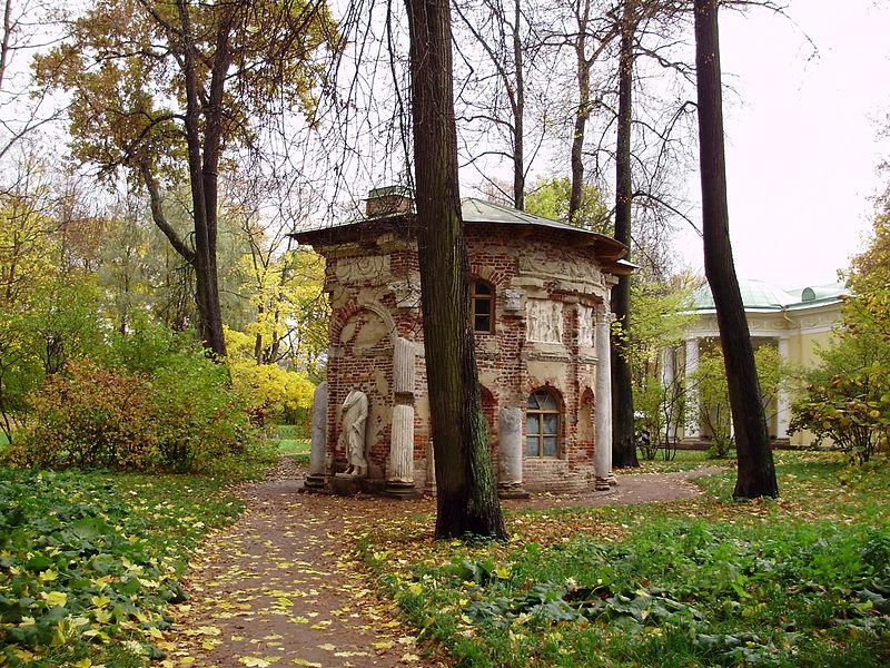 Кухня-руина в Екатерининском парке осенью. Автор фото: Vasyatka1 (Wikimedia Commons)