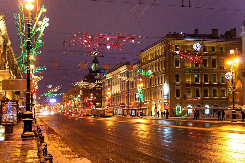 Невский проспект, источник фото: Wikimedia Commons https://commons.wikimedia.org/wiki/File:Night_Nevskiy_Flickr.jpg Автор: Alexander Savin