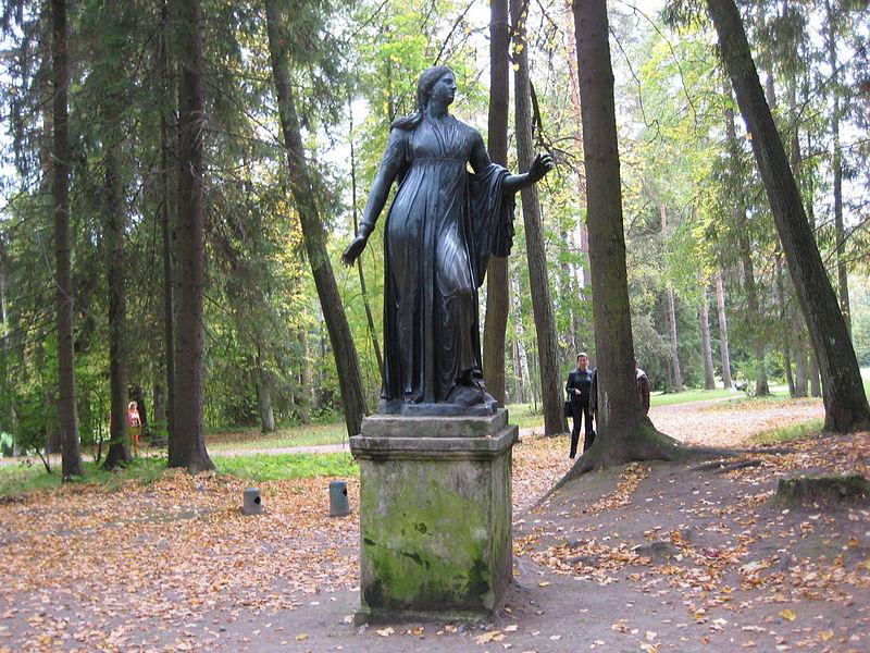 """Двенадцать дорожек. Внешний круг. Статуя """"Ниобида"""". Автор: Александров, Wikimedia Commons"""