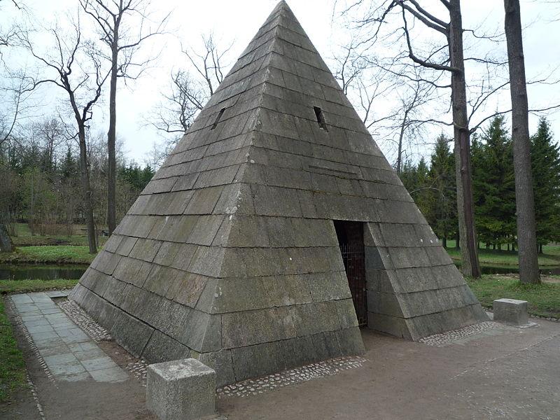 Пирамида с четырьмя колоннами. Автор: Макс Вальтер, Wikimedia Commons