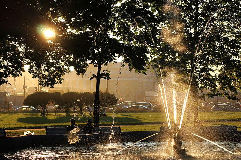 Сквер у Зимнего Дворца (Эрмитажа) с фонтаном. Автор: Kora27, Wikimedia Commons