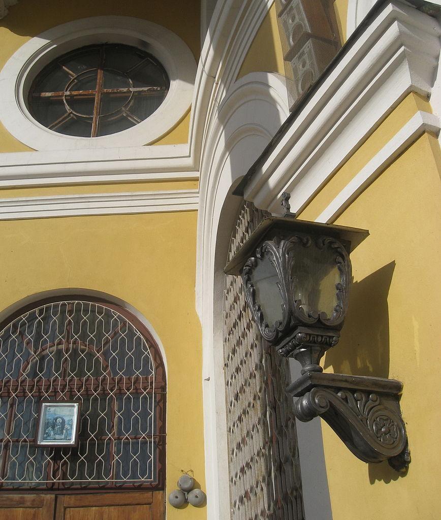 Фонарь. Церковь Пророка Илии на Пороховых: шоссе Революции, 75. Фото: Anton iojnaiznanku (Wikimedia Commons)