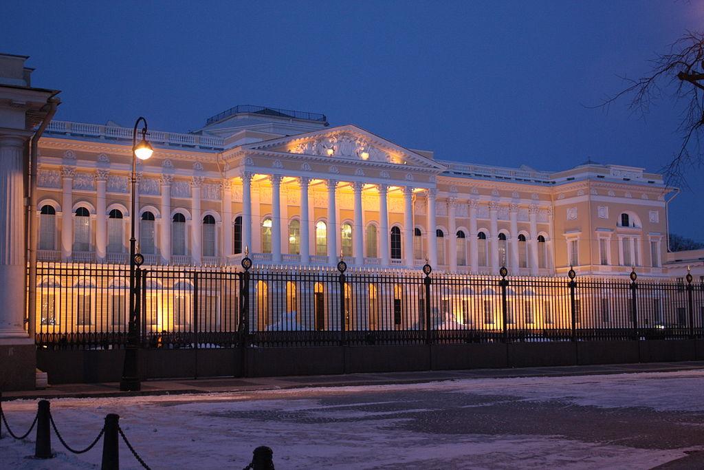 Михайловский дворец в вечернее время. Автор фото: NGC 7070 (Wikimedia Commons)