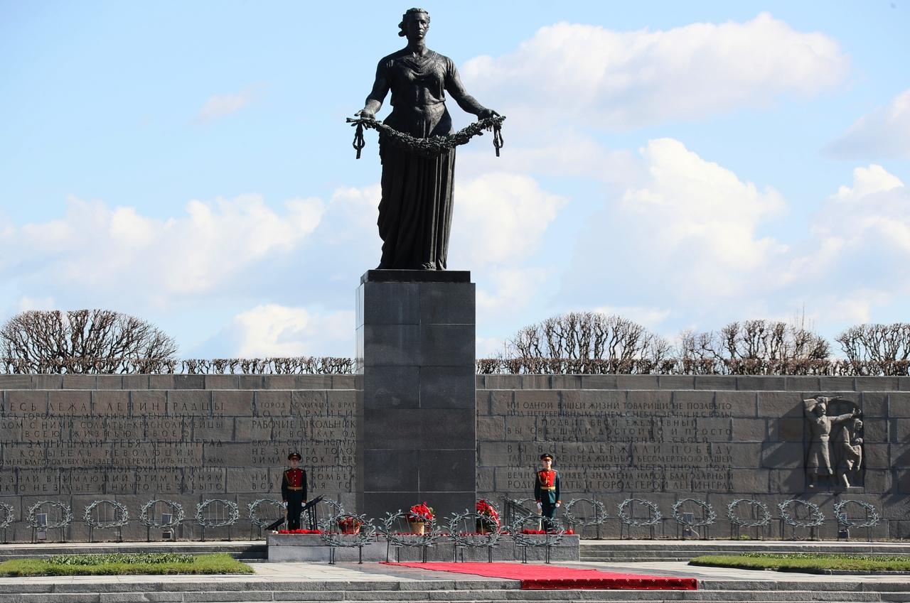 """Памятник """"Родина-Мать"""" на Пискарёвском кладбище"""