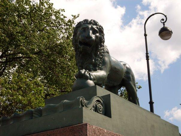 Лев на Адмиралтейской набережной. Автор фото: Елена Смирнова