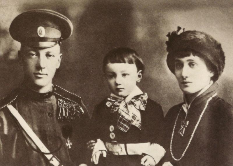 Анна Ахматова с мужем Н. С. Гумилёвым и сыном Львом. Автор фото: L. Gorodetsky (Wikimedia Commons)