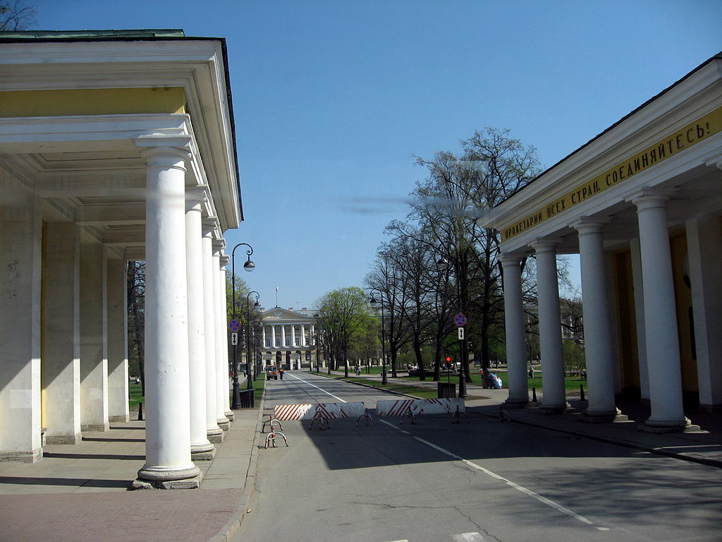 Аллея Смольного. Фото: Dezidor (Wikimedia Commons)
