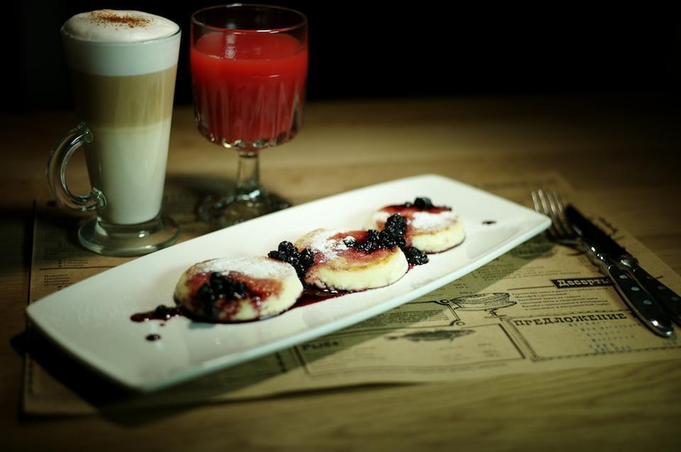 """""""Аляcка"""" хлебный пудинг из краcных ягод, источник фото: http://bodyshot.ru/spb/restoran-bar-cococo/"""