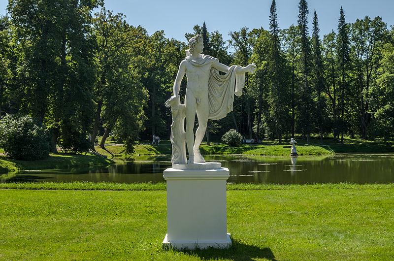 """Скульптура """"Аполлон Бельведерский"""" в Ораниенбаумском парке. Автор фото: Florstein (WikiPhotoSpace)"""