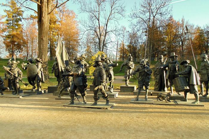 """Скульптурная группа """"Ночной дозор"""" по одноименному полотну Рембрандта Харменса Ван Рейна. Фото: pushkin.ru"""