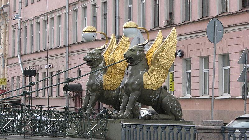 Крылатые львы на Банковском мосту.  https://commons.wikimedia.org