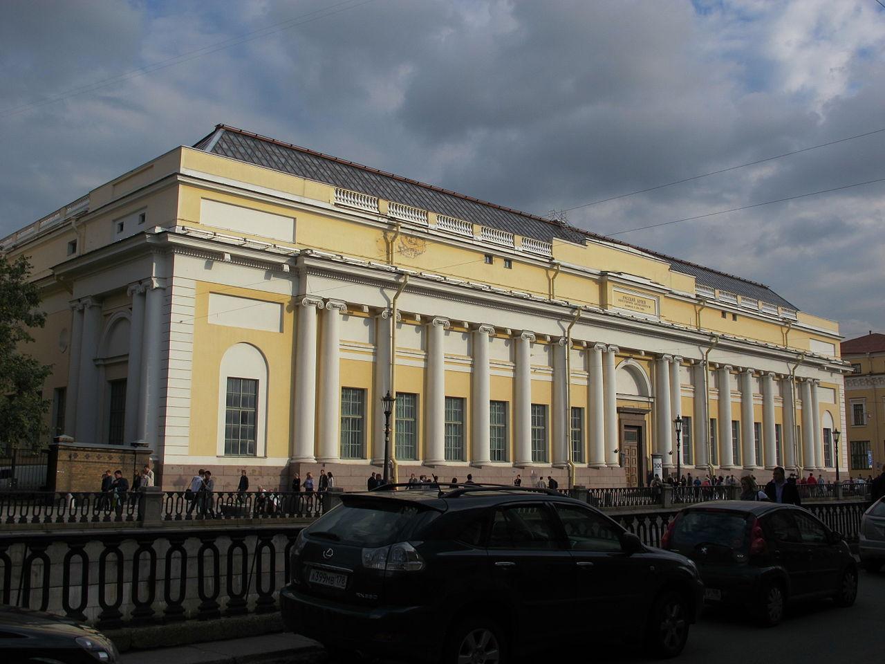 Корпус Бенуа, вид с канала Грибоедова. Автор фото: sailko (Wikimedia Commons)