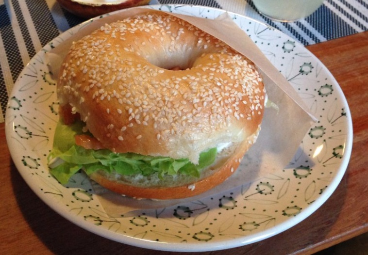 BGL. Бейгл с лососем, салатом, сливочным сыром.