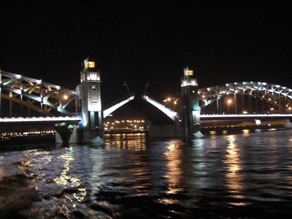 Большеохтинский мост разводится, источник фото: Wikimedia Commons, Автор: Serko