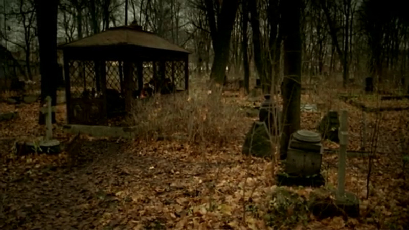 Смоленское кладбище, где живёт Гофман. В беседке сидят бездомные