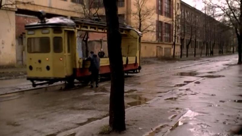 Раненый герой выбегает из двора на Большую Разночинную улицу, расположенную на Петроградской стороне