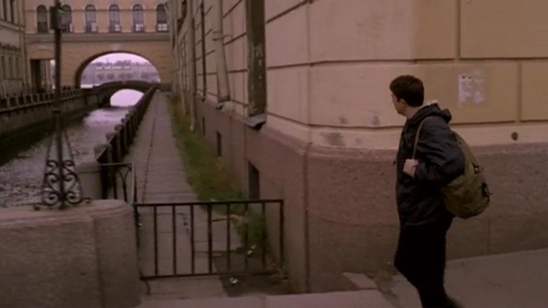 По приезду в Петербург Данила Багров прогуливается по Миллионной улице, пересекая Зимнюю канавку близ Эрмитажа