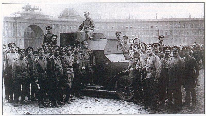 Броневик и юнкера на Дворцовой площади 1917, источник фото: Wikimedia Commons