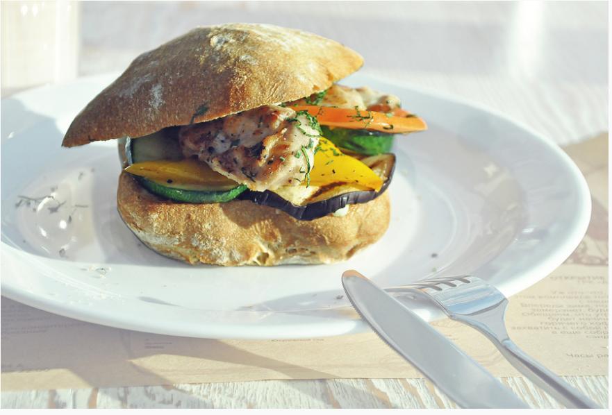 БУШЕ. Сэндвич с курицей и овощами-гриль (горячий)