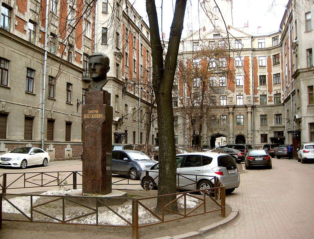 Дом 3-х Бенуа. Бюст Д. Д.Шостаковича во дворе дома. Фото: GAlexandrova (Wikimedia Commons)