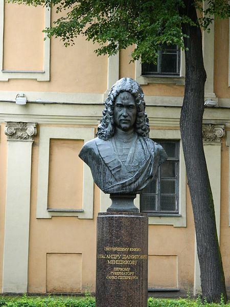 Памятник Александру Меншикову, бюст во дворе дворца