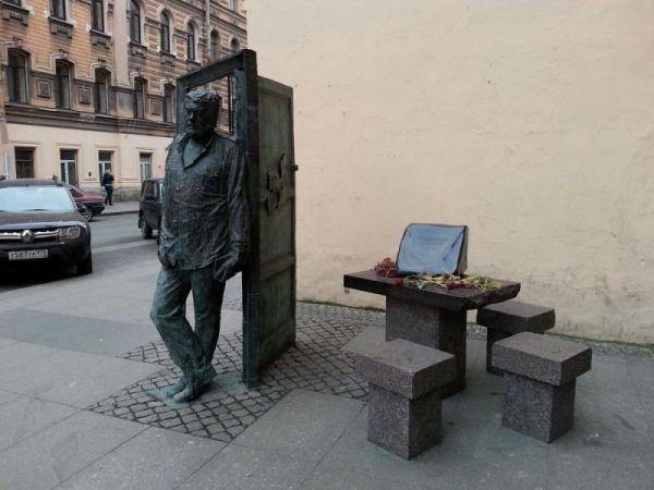 Памятник писателю Довлатову в Петербурге. Фото: eadaily.com