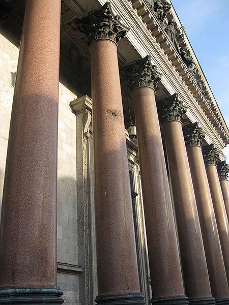 Следы одного из 148 478 снарядов, выпущенных немецкими войсками по Ленинграду в 1941—1944 годах, источник фото: Wikimedia Commons, Автор: Deror avi