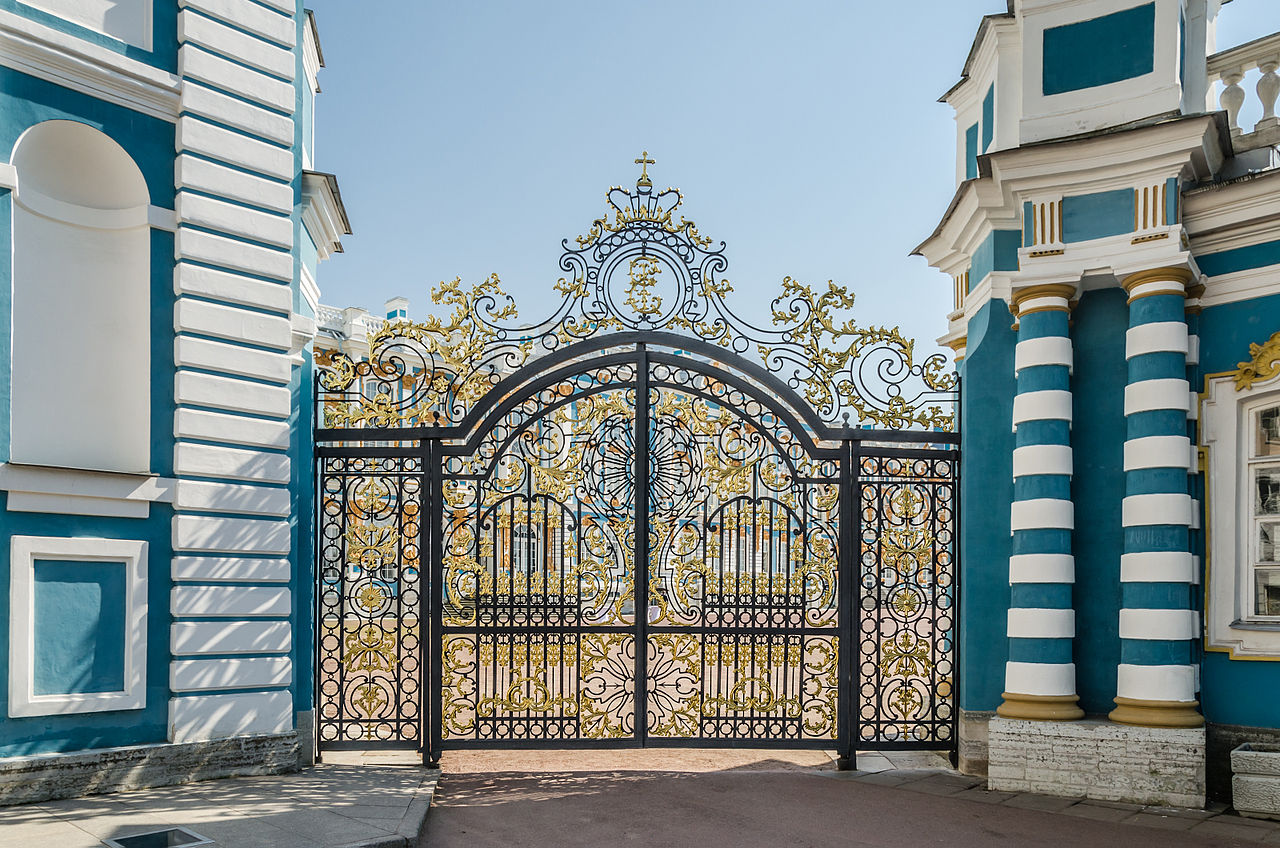 Вызолоченные ворота при входе во внутренний двор Екатерининского дворца. Автор фото: Florstein (WikiPhotoSpace)
