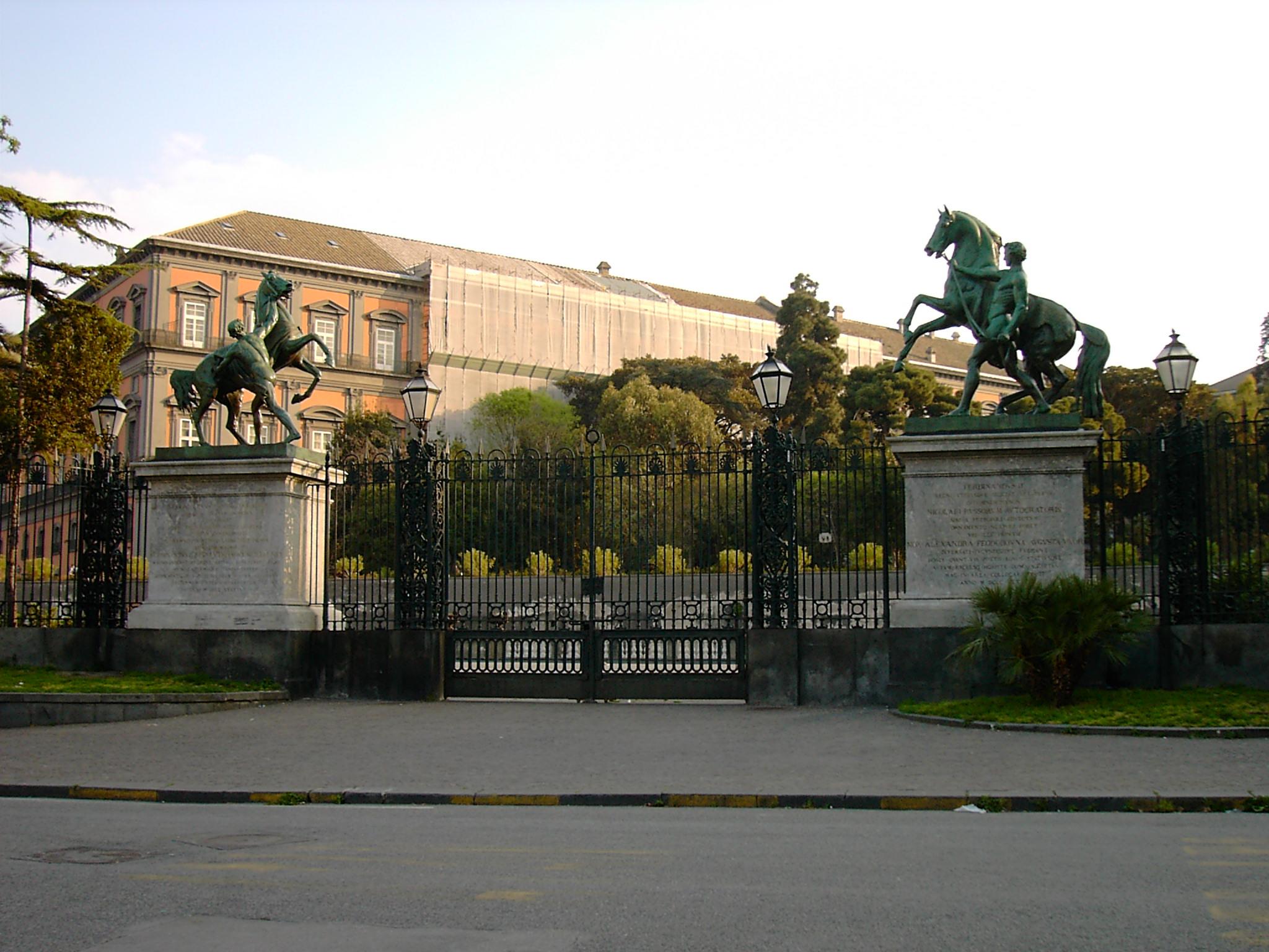 Укротители коней перед королевским дворцом в Неаполе. Фото: Luigi Versaggi (WikiPhotoSpace))