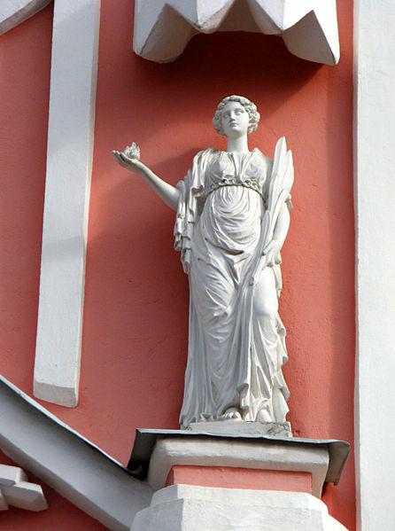 "Чесменская церковь. Скульптура ""Надежда"" над входом, источник фото: Wikimedia Commons, Автор: Екатерина Борисова"