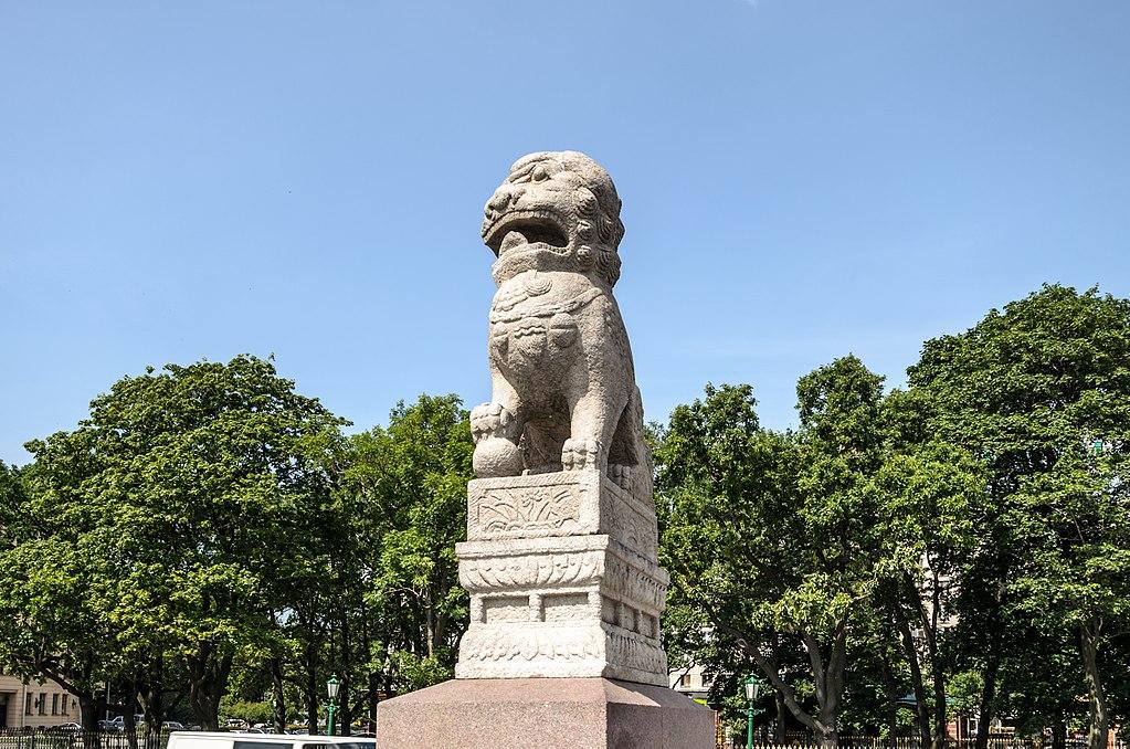 Лев-страж Ши-цза на Петровской набережной в Санкт-Петербурге. Автор фото: Florstein (WikiPhotoSpace)